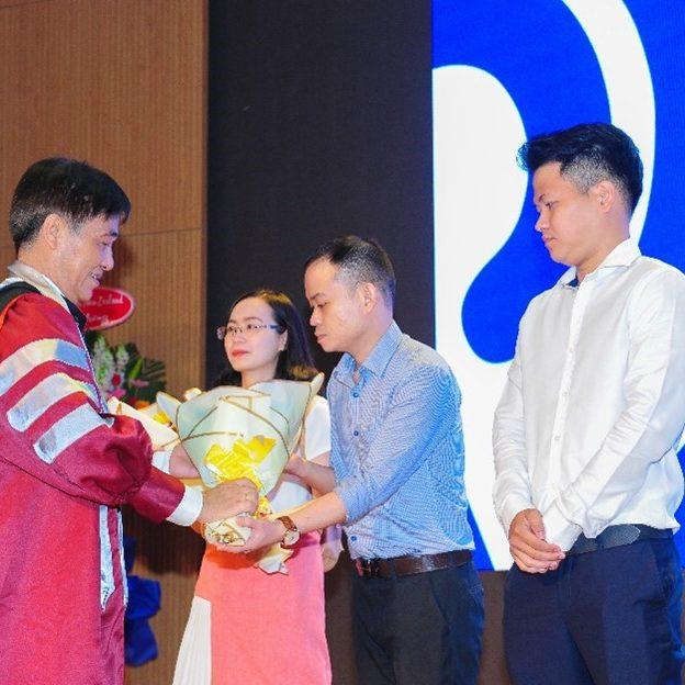 GS.TS Nguyễn Trọng Hoài, Phó hiệu trưởng UEH, Giám đốc VNP tặng hoa chúc mừng tân học viên JDP